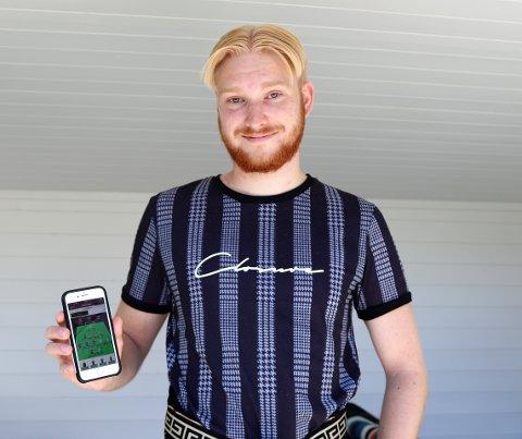 BLANT DE BESTE: Ole Moen (22) bruker mye tid på telefonen for å finne ut hvilke spillere han skal bruke i rundene som kommer