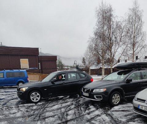 Aud Bakken rygger bilen på plass foran kommunehuset i Etnedal. Det er ikke tilfeldig.
