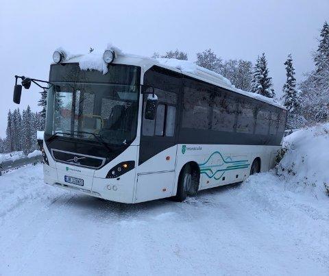 UTFORKJØRING: En skolebuss på veg til NABS havnet i grøfta i Brekkudn onsdag morgen.