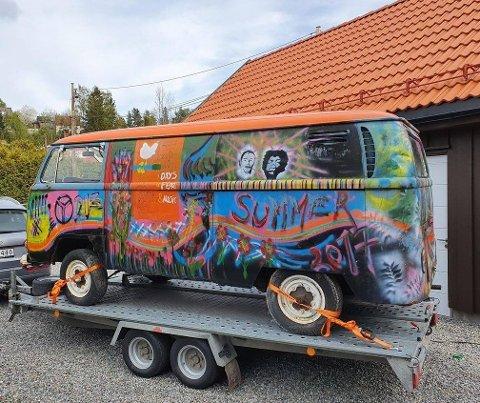 Mekkeobjekt: Den forfalne Volkswagen Transporter T2-modellen fra 1969 med fargesprakende, hippieinspirerte motiv stående på henger tidligere i høst – ett steg nærmere mekkeklare videregåendeelever i Valdres.
