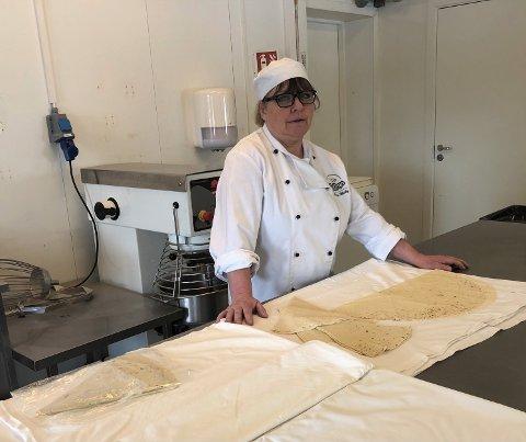 LEFSEBAKING: Melbys Tradisjonsmat har starta med baking i lokalene etter Eggums bakeri. Hovedproduksjonen blir potetlefse, men Lillian Melby baker også Krydderkake, Gulrotkake, Trysilsnipp og Sarah Bernard.