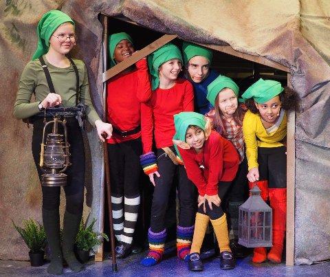 19 JENTER: 19 jenter skal stå på scenen i helgen. Her er syv av dem dverger.
