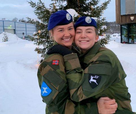TRIVES: Martine Helland Edvard forteller at førstegangstjenesten så langt har vært en positiv opplevelse, selv om hun og venninnen Sigrid Kristin Kolstad har måtte tilbringe julen i militærleiren. All snøen i Bardufoss bidrar imidlertid til julestemningen.