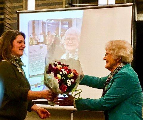 SLUTT: Bente Bakke har gitt seg som leder og styremedlem i MDG Vestby. Louise Brunborg-Næss takket veteranen for innsatsen.
