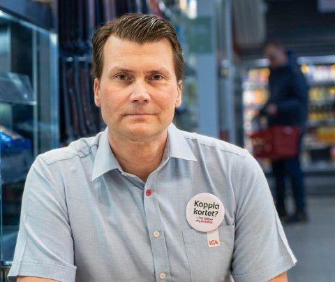 ØNSKER ÅPNING: Smittetallene i Funäsdalen har vært lave sammenliknet med andre steder i Sverige, ifølge daglig leder Daniel Lundquist ved ICA Supermarket Funäsdalen. Han håper grensen åpner snart.