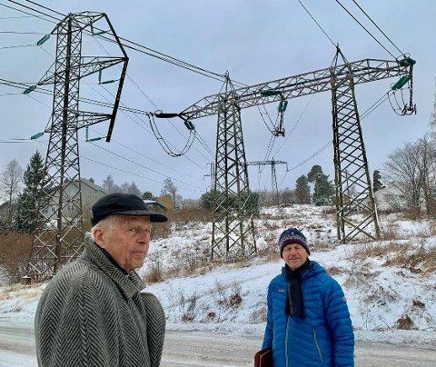 KRAFTGATE: Det går allerede to kraftgater til Montebello. Den eldste til venstre vil byantikvaren bevare. De doble mastene er modne for utskifting. Petter Larsen (t.v.) og Hans Jul Mikkelsen frykter 40 meter høye monstermaster.