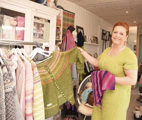 Hjemmestrikk: Anita Byberg (47) i Valnesfjord lager mange av klærne sine selv. Her er et lite utvalg av det hun har laget.