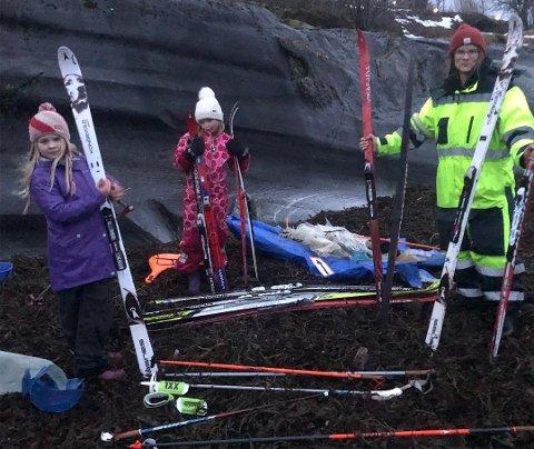 Anja Almås Tangeraas og døtrene Vilja og Josefine fant flere ski i fjæra etter stormen som herjet i Nordland.