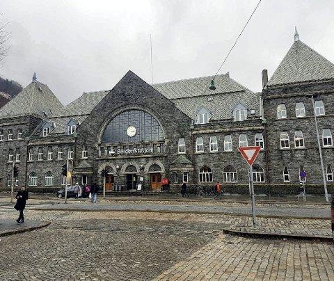 Skiltet på stasjonsbygningen er 6,8 meter langt og 1,1 meter høyt. Bane Nor har fått tillatelse fra Bergen kommune til å henge det opp.