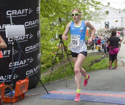 Rebecca Hilland var desidert raskeste dame opp Fløyen med tiden 15:57. For to uker siden vant hun Ulriken Opp med tiden 27:53, og forrige helg vant hun Løvstakken Opp med 16:14. Foto: Magne Turøy