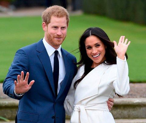 Forenes: Prins Harry (f.v.) og Meghan Markle poserte for fotografer etter at den rojale forlovelsen ble annonsert i november i fjor. Foto: NTB scanpix