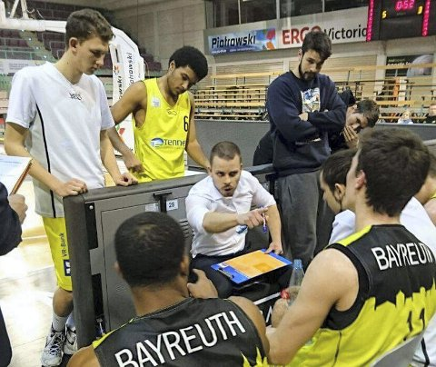 Frøyas nye trener, Darko Mihajlovic (midten), har flere tunge trenerutdannelser på samvittigheten og kommer fra den tyske bundesligaklubben Medi Bayreuth. Her er han i aksjon som trener for rekruttlaget til den tyske klubben.
