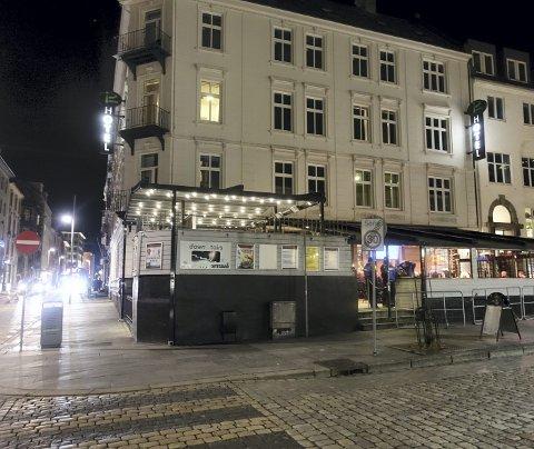 I kjelleren til Fotballpuben ligger baren Players Lounge. Før jul fikk to personer under 20 år kjøpe drinker her.