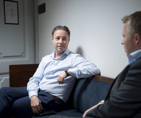 Knut Jørgen Hauge, her i samtale med Stig Tore Laugen i BN Bank i en pause i rettssaken i Bergen tingrett, led et nederlag i Gulating lagmannsrett.