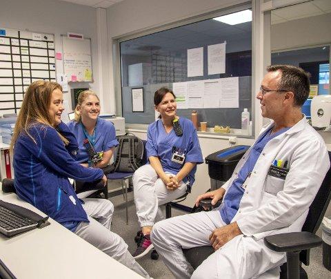 Birger N. Lærum startet i jobben som enhetsleder ved kommunens sengepost for øyeblikkelig hjelp tirsdag. Her er han sammen med sykepleierne (f.v.) Karoline Solsvik, Linn Isdal og Ruta Labanauskiene.