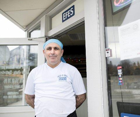 Efes-eier Huseyin Dagdevir er glad for at han snart kan tilby kundene sine et glass øl eller vin til maten.