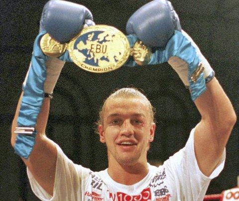 Den 4. oktober 1997 kunne Ole Klemetsen vise frem EM-tittelen i lett tungvekt. (Arkivfoto: NTB scanpix)
