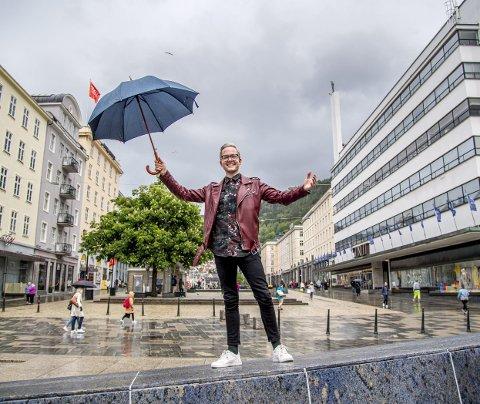 Joakim Aadland er festivalsjef for Pride Bergen, eller Regnbuedagene som det også heter. Lørdag åpner festivalen med debatt om inkludering på Litteraturhuset. FOTO: EIRIK HAGESÆTER