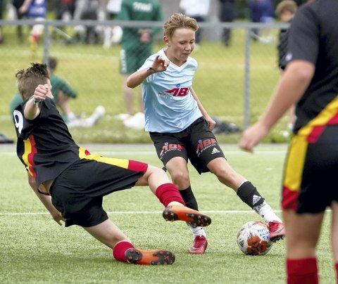 Halvor Midtveit spiller på Marikollens eneste lag. Det er et G14-lag, som gjør suksess i Norway Cup. Her i aksjon under G14-kampen mellom Brøttum og Marikollen på Valle.