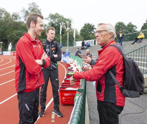 Arne Risa (høyre) sin 49 år gamle kretsrekord på 10.000 meter ble slått med ett sekund av Bjørnar Lillefosse under årets NM. Risa sin reaksjon? – Haha! Jeg synes det er kjempegøy. Han løp skikkelig bra. Nå har jeg ingen rekorder igjen, heldigvis, sa Risa. FOTO: Magne Turøy