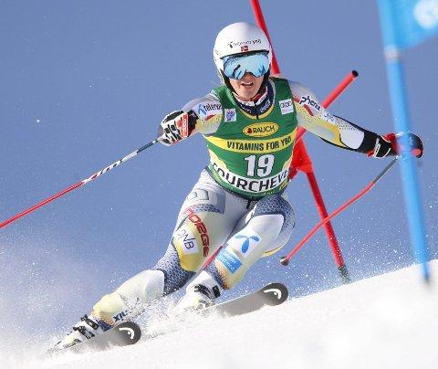 Maria Tviberg i farten i franske Courchevel mandag. Bergensalpinisten lå på delt 30.-plass etter første omgang, men kjørte seg opp til en 15.-plass i 2. omgang. Foto: Gabriele Facciotti, AP