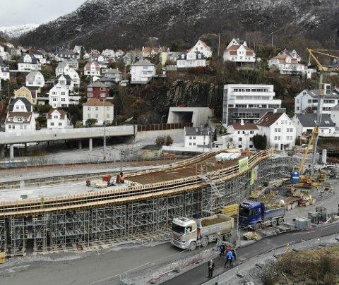 BROEN: Denne broen og tilhørende løsninger koster nesten 300 millioner kroner å bygge. Kommunen forsøkte å stoppe den, men vegvesenet strittet imot. FOTO: ARNE RISTESUND