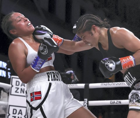 Cecilia Brækhus (t.v.) tapte kampen og VM-beltene sine mot amerikanske Jessica McCaskill i Tulsa natt til lørdag. På Twitter meldte hun mandag kveld at hun nå ser frem til å ta seg en ferie. – Så får vi se hva fremtiden vil bringe, skriver Brækhus.
