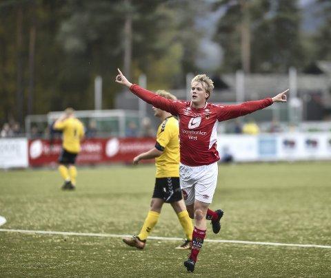 Her jubler FKB Voss-spiller Magne Himle etter en scoring mot Austrheim i 2019. Da spilte Voss hjemmekampene sine på kunstgress. I 2021 blir all scoringsjubel på naturgress, for både kvinner og herrer.
