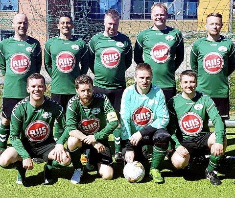 Leder Jan-Rune Viken (med keeperdrakt) og Fjell-Kameraterne synes det er rart å måtte betale fotballforsikring i et år de ikke spiller fotball. Men spillerne har vært forsikret på sine egentreninger, opplyser NFF.