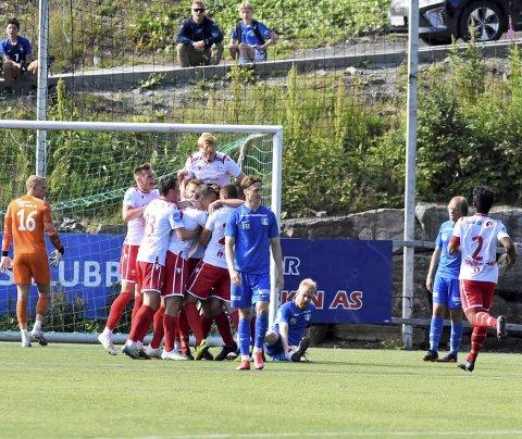 Kaptein Henrik Nyland sitter skuffet igjen på banen. Laget har seg selv å takke, etter den horrible åpningen på kampen.