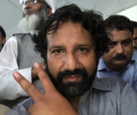 """Kadafi Zaman ble arrestert av Pakistansk politi under en demonstrasjon han dekket for TV2. Han har sittet i fengsel i tre dager og ble mandag løslatt mot kausjon. Her et bilde han la ut på Twitter med teksten """"Løslates straks!""""."""