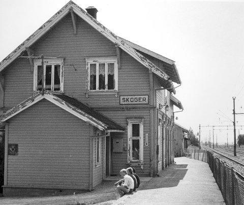 Revet i 1989: Skoger stasjon var samlingssted i bygda. Her et bilde fra like før stasjonsbygningen ble revet for 30år siden. Foto: Reidar Halden