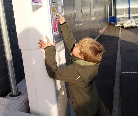 Christopher Nesse er ute for å handle lørdagsgodt på Vågsenteret og er nøye på å huske parkeringslapp. (Sveip)