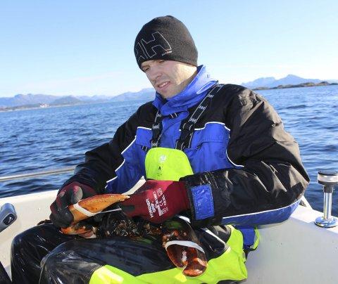 Det beste Jan-Tore Aldeholm veit er å reise ut med båten og fiske hummar. – Det er terapi!  Her er han i ferd med å surre klørne på ein skikkeleg sværing, ein 4-kilos hummar han fekk for to år sidan.