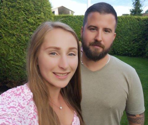 FORLOVET: Karianne Larsen (24) og Aleksander Falch Skram (32) forlovet seg om bord på ferga Go Vakker Asta mandag formiddag.