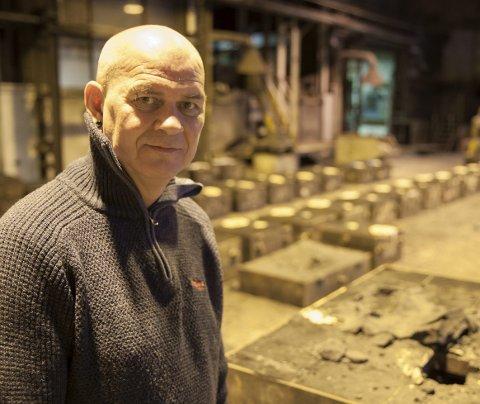 Beklager: Daglig leder Johnny Olsen beklager at historien med jernstøperi i Bogen er over. Neste uke støpes dem siste produksjonen etter at det har vært støperi i Bogen siden 1949.Foto: Ragnar Bøifot