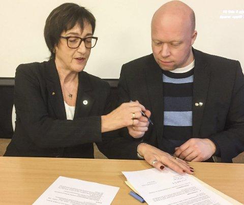 STOR DAG: Det ble feiret med kake etter at avtalen var signert av Edel Storelvmo og Tor Asgeir Johansen.