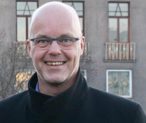 GLEDER SEG: Kjetil Moe, som leder for næringsforeningen, gratulerer Biim med det som er oppnådd så langt. Foto: Arkiv