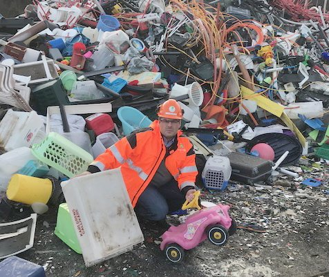 Kenneth Hågensen, daglig leder på HRS, sier det haster med å ffinne alternative løsninger om ikke plasten som hoper seg opp på Djupvik,  bare skal ende som brensel.