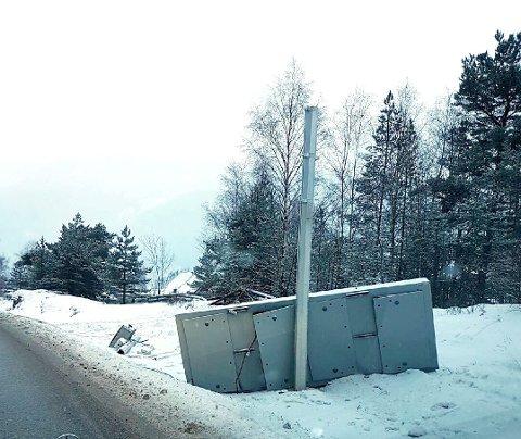 MEIET NED: Vegvesenets elektroniske infotavle langs E6 på Sel er totalt ødelagt etter utforkjøringen. Foto: Privat