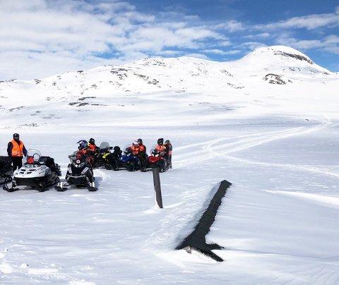 FANT FRAM: Mye snø i fjellet i vinter. Her er korpsmedlemmene på kjentmannstur ved ei av hyttene som var ett av målene på turen.