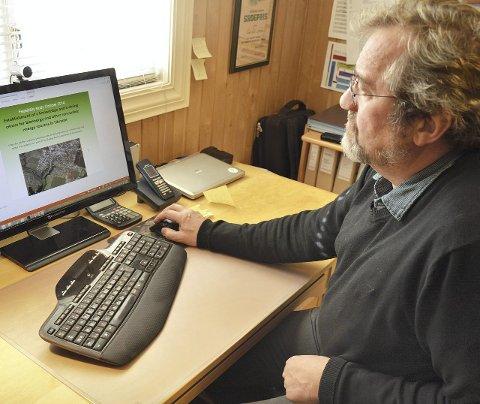 UKRAINA: Erik Eid Hohle ser på pc-skjermen, med presentasjon av energigårdprosjektet i Ukraina.