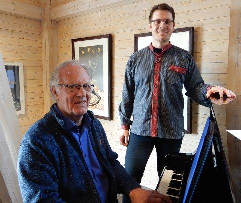 Jan Reidem ved pianoet med busserull-sjarmør Anders Morstad.