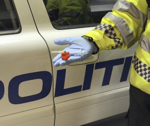 Politiet jobbar med å finna ut kva stoff det er.