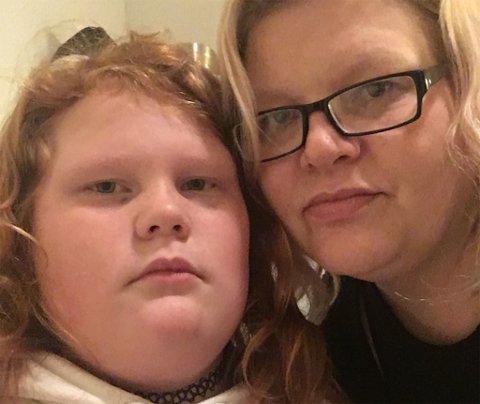 KJEMPER: Lizbeth Johansen vil kjempe hardt for at datteren Linn Christin (9) får fortsette på Austertana skole.