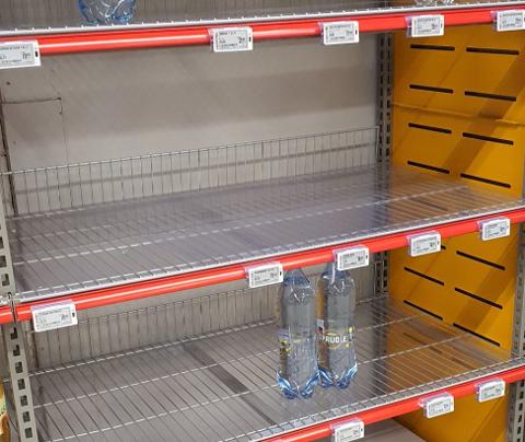 TOMT: Butikkhyllene var tomme tirsdag ettermiddag. Bildet er tatt på Coop Extra.