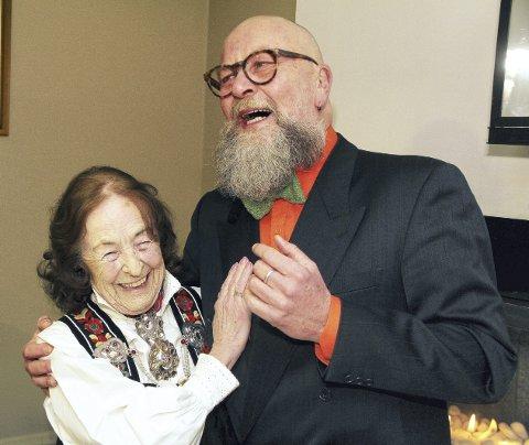 En svingom før festen: Aslaug Knutsen (88) har vært med i det frivillige arbeidet i 20 år. Olaf Brastad var ordføreren som i 1997 stolt kunne fortelle at sentralen hadde fått 200.000 kroner fra departementet før han klippet snora. Begge foto: Pål Nordby