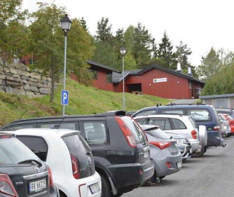 Betaling? Kommunalt ansatte ved for eksempel Sannidal ungdomsskole risikerer å måtte betale for å ha privatbiler parkert nær sitt kommunale arbeidssted.