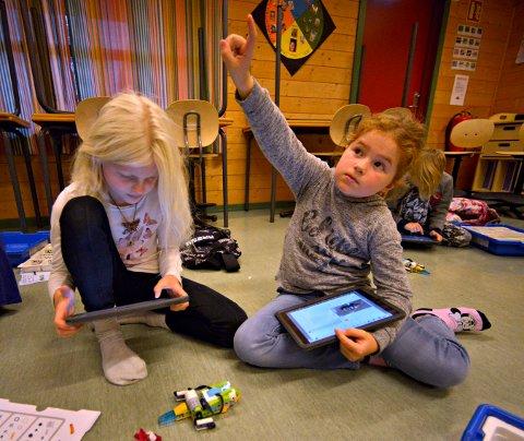 Anna Oline Brøste Høstmark (t.v.) og Maja Dale Olsen i 3C på madsebakken skole synes det er spennende med digitale verktøy i undervisningen.