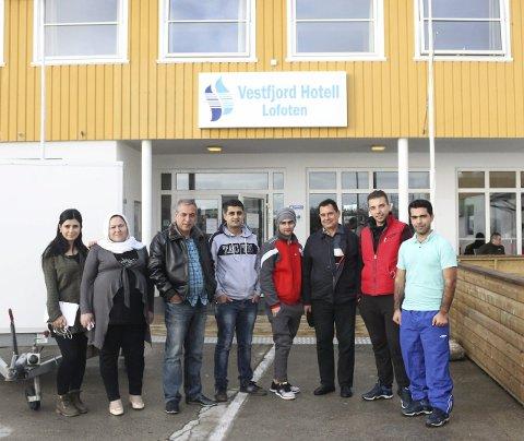 Vestfjord Hotell: Haitham (foran i turkis) og hans venner fra Syria. De kom fra Russland, til Finnmark, og videre til Svolvær i helga. Sålangt trives de godt i Norge, og synes Lofoten er veldig vakkert.  – Vi vet ikke hvor lenge vi skal være her. To uker eller en måned kanskje, sier Haitham.
